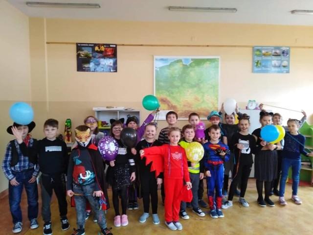 Zabawa karnawałowa w klasach młodszych w Szkole Podstawowej numer 4 w Jędrzejowie. Było wesoło i kolorowo.