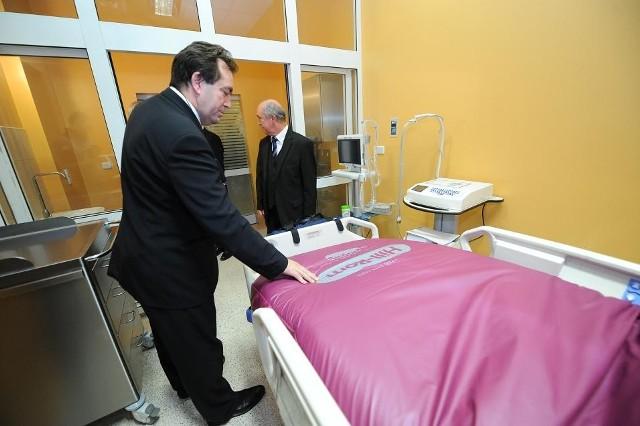 W środę w Szpitalu Klinicznym Przemienienia Pańskiego przy ul. Długiej otwarto Oddział Anestezjologii i Intensywnej Terapii. Pacjenci z nowego oddziału będą mogli skorzystać najprawdopodobniej w połowie stycznia 2012 roku. Dyżury pełnić będzie na nim trzech lub czterech anestezjologów dziennie.   Zobacz więcej: OIOM w szpitalu przy Długiej otwarty [ZDJĘCIA]