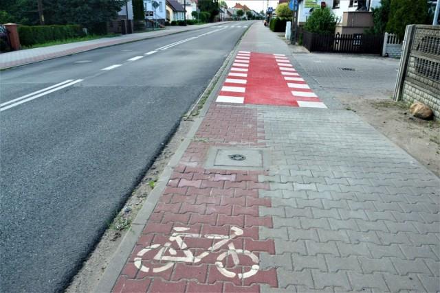 Wyjeżdżając z drogi podporządkowanej trzeba zachować szczególną ostrożność.  Przyprostynia gmina Zbąszyń: Ścieżka rowerowa. Gdzie się podziały barierki? - 06.07.2021