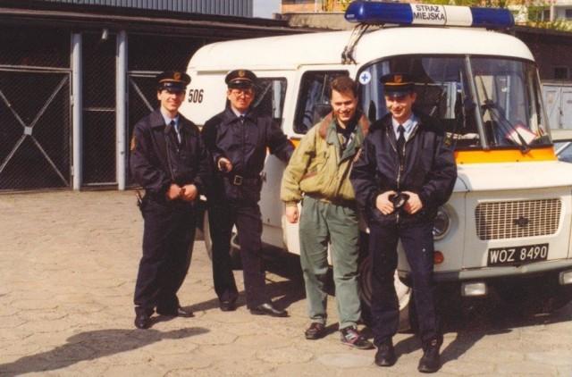 Zobaczcie, jak w latach dziewięćdziesiątych wyglądali miejscy strażnicy we Wrocławiu i innych miastach Dolnego Śląska na kolejnych slajdach. Możecie na nie przechodzić za pomocą strzałek lub gestów.