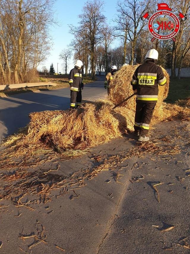 Kijewscy strażacy w miniony weekend musieli m.in. usunąć balot słomy blokujący jezdnię