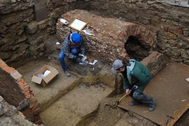 Archeolodzy odsłonili 40 grobów i przykościelny ołtarz oraz kaplicę grobową