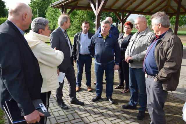 Mieszkańcy gminy Gąsawa sprzeciwiają się budowie chlewni w Marcinkowie Górnym. Protestują także, aby gnojowica była wywożona i wylewana na 100 hektarach pól w Parlinku.