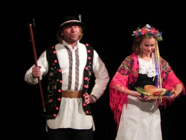 Michał Milowicz i Julita Kożuszek w scenie przedstawienia.