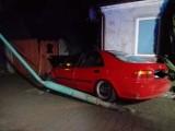 W Zbąszyniu samochód uderzył w budynek. Kierowca był pijany! [ZDJĘCIA]