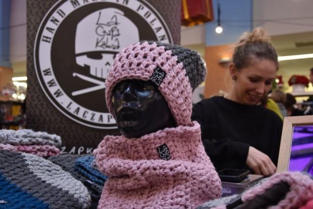 Czapy od ...od LaCzapaKabra. Autorka tej marki, Katarzyna Przybysz, proponuje nam wełniane, bardzo ciepłe czapki, rękawiczki, kominy i kapturokominy. Dla zmarzluchów będą prawdziwym hitem! Jest też spory wybór kolorów.