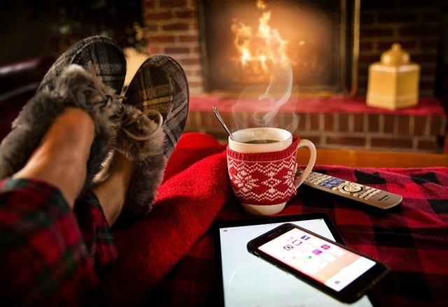Zadbaj w domu o nastrój hygge. Kominek, koc, ciepła herbata w ręku, pachnąca świeczka - prawda, że miło?