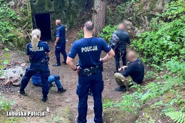 Miłośnicy silnych wrażeń w otoczeniu międzyrzeckich policjantów po wyprowadzeniu z bunkrów.