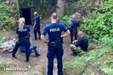 Roztrzęsiona mieszkanka Brodnicy zaalarmowała policję, że jej mąż wpadł do studni w bunkrach pod Międzyrzeczem. Ruszyła akcja ratunkowa