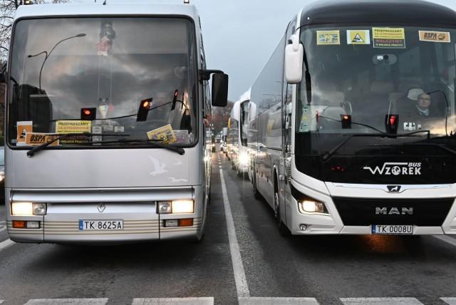 """Kilkadziesiąt autobusów i busów wyjechało we wtorek po godzinie 15 na ulice w centrum Kielc. Prywatni przewoźnicy protestowali w ten sposób przeciwko braku pomocy rządu dla tej branży.   Kierowcy autobusów i busów we wtorek po godzinie 15 trąbili i jeździli z niewielką prędkością ulicą IX Wieków Kielc od Warszawskiej do ronda Gustawa Herlinga-Grudzińskiego. W centrum miasta zaczęły się tworzyć gigantyczne korki, także na ulicach przyległych. Na busach i autobusach widniało hasło: """"Przepraszamy za utrudnienia, mamy sprawę do załatwienia, walczymy o miejsca pracy"""". Protest przewoźników zabezpieczała policja, która nie interweniowała. O godzinie 16.20 protest zakończył się a ruch wrócił do normy.    ZOBACZ ZDJĘCIA NA KOLEJNYCH SLAJDACH. Do kolejnych zdjęć przejdziesz za pomocą gestów na telefonie lub strzałek."""