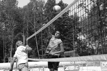 Trener Paweł Sznicer (z lewej) podczas sobotnich rozgrywek Grand Prix w siatkówce plażowej na Zielonej zagrał przeciwko swojemu wychowankowi, Michałowi Bernysiowi.