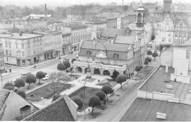 Kluczbork. Rynek z otaczającymi go kamienicami. 8 maj 1969 r.