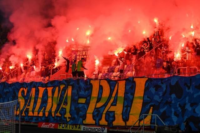 Kibice Arki Gdynia podczas ostatniego, barażowego meczu sezonu 2020/2021 z Łódzkim Klubem Sportowym (16.06.2021)
