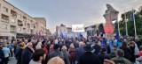 """Opole zostaje w UE! Tłumy Opolan na manifestacji na placu Wolności. """"Zostajemy! Zostajemy!"""" [WIDEO, ZDJĘCIA]"""