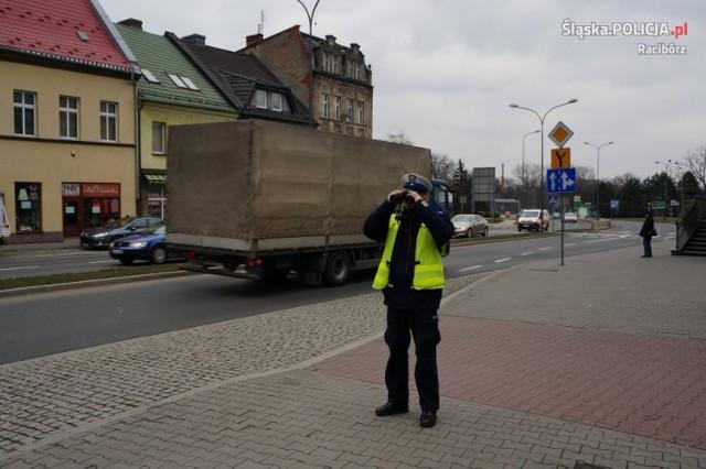 Przez cały dzień policjanci sprawdzali, czy kierowcy i pasażerowie zapinają pasy bezpieczeństwa