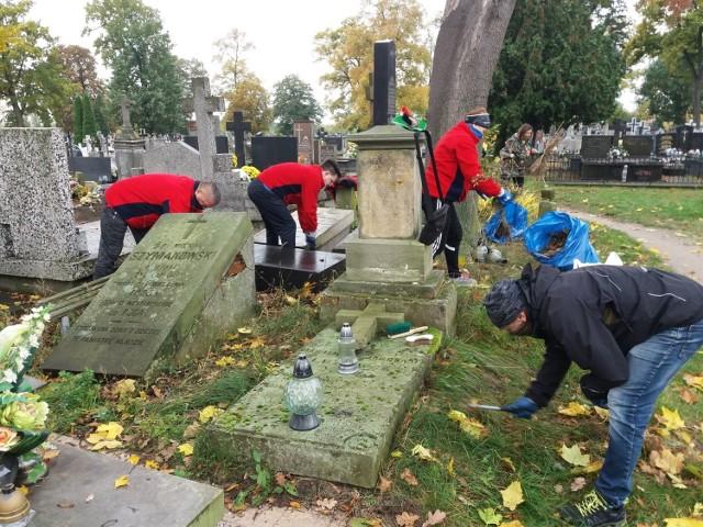 Członkowie PTTK sprzątali groby zasłużonych łowiczan
