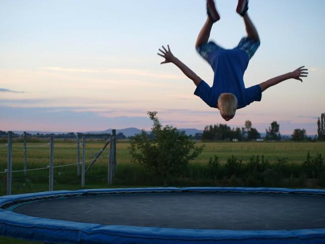 Jeżeli dobrze się rozejrzysz znajdziesz jedyny w Zielonej Górze park trampolin. Niezależnie od pogody, przez cały rok będziesz mógł sobie poskakać. Dla odważnych jest możliwość wykonywania wysokich wybić z akrobacjami. Ale to nie wszystko. Czekają na ciebie również areny z przeszkodami, wsady do kosza czy skoki do basenu z gąbkami! Niektórzy twierdzą, że tym sposobem wyskoczą z człowieka złe emocje.