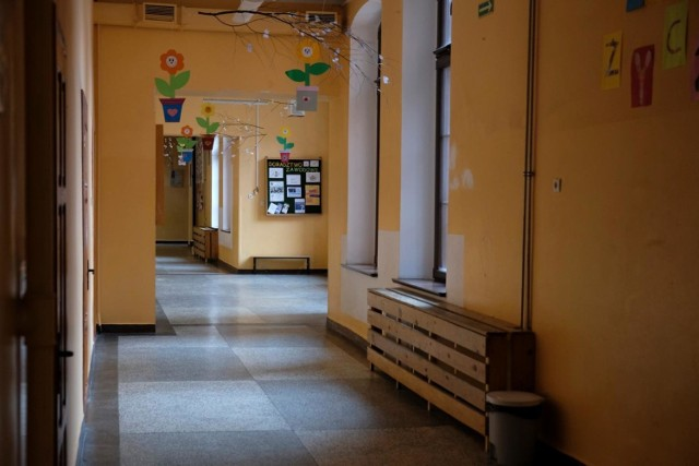 Z informacji podanych przez Radio Poznań wynika, że koronawirusa wykryto w Szkole Podstawowej nr 74 w Poznaniu. Kilka klas będzie uczyło się zdalnie.