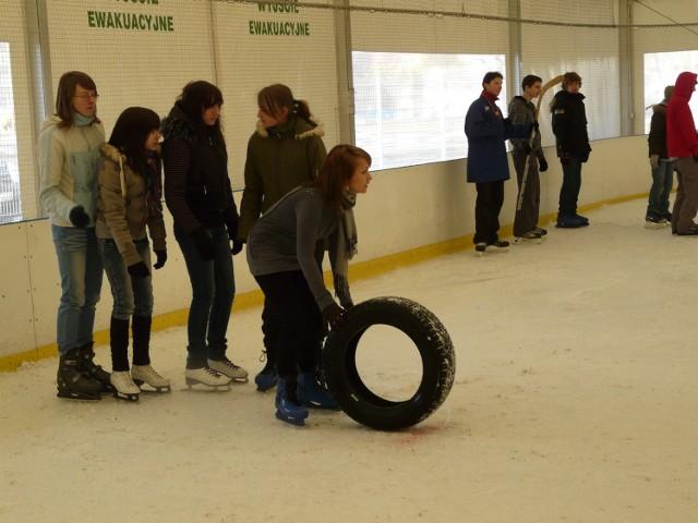 Uczniowie rywalizowali m.in. w toczeniu koła na łyżwach