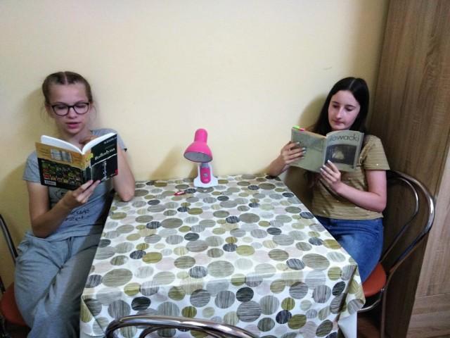 """Uczennice, mieszkanki starachowickiej bursy, czytają """"Balladynę"""" Juliusza Słowackiego"""
