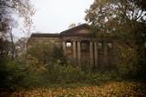 Ruiny pałacu w Pątnowie koło Legnicy na Dolnym Śląsku. Tajemnicza budowla ukryta w środku lasu robi ogromne wrażenie! [ZDJĘCIA]