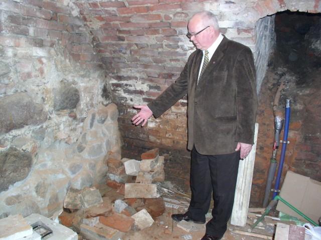 Paweł Boczek w miejscu, w którym odkryto tablicę