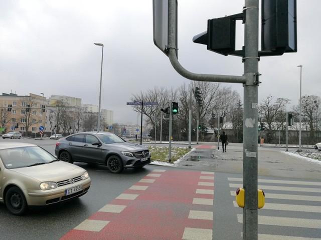 """Ministerstwo Spraw Wewnętrznych i Administracji nie chce przyznać pierwszeństwa pieszym wchodzącym na przejście - pisze """"Rzeczpospolita""""."""