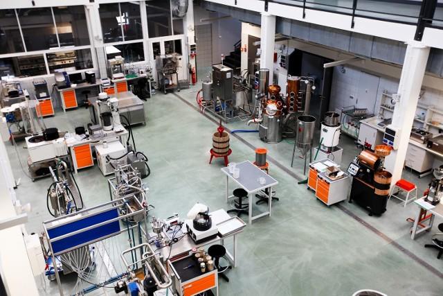 Wydział Informatyki i Nauk o Żywności PWSIiP może pochwalić się nowoczesną halą technologiczną, ale także specjalistycznymi laboratoriami, które umożliwiają praktyczne przygotowanie do zawodu