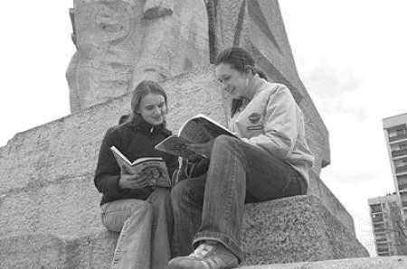 Ola Baczek i Ewelina Latacz przed pomnikiem Bohaterów Czerwonych Sztandarów.