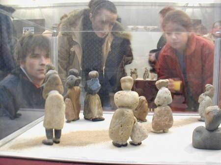 Każdy widzi w kamiennych rzeźbach inną postać. Jednym przypominają one znajomych, innym członków ich rodzin.