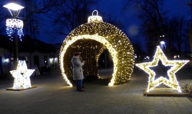 Wspaniały prezent przyniósł Mikołaj mieszkańcom Buska-Zdroju i kuracjuszom. W centrum miasta pojawiły się nowe iluminacje świąteczne, a prawdziwą furorę robi ogromna, trójwymiarowa... bombka choinkowa. Ma 4 metry wysokości, została ustawiona w górnej części alei głównego deptaka kurortu, alei Mickiewicza (w rejonie Galerii Sztuki Zielona). Obok - dwie półtorametrowe, świecące gwiazdy.  >>> ZOBACZ WIĘCEJ NA KOLEJNYCH ZDJĘCIACH