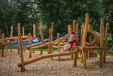 Warszawa. Plac zabaw w Parku Dolinka Służewska już otwarty. Dwie strefy dla dzieci i ścieżka edukacyjna