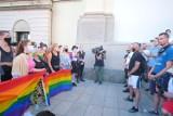 Bitwa o pomniki w Warszawie. Kilkadziesiąt osób broni dostępu do monumentów na Krakowskim Przedmieściu. Miały na nich wisieć tęczowe flagi