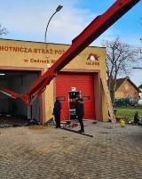 Gaszą pożary i pracują społecznie. Strażacy z OSP Cedry Wielkie wyremontowali podłogę w remizie. Marzą im się odnowione ściany  ZDJĘCIA