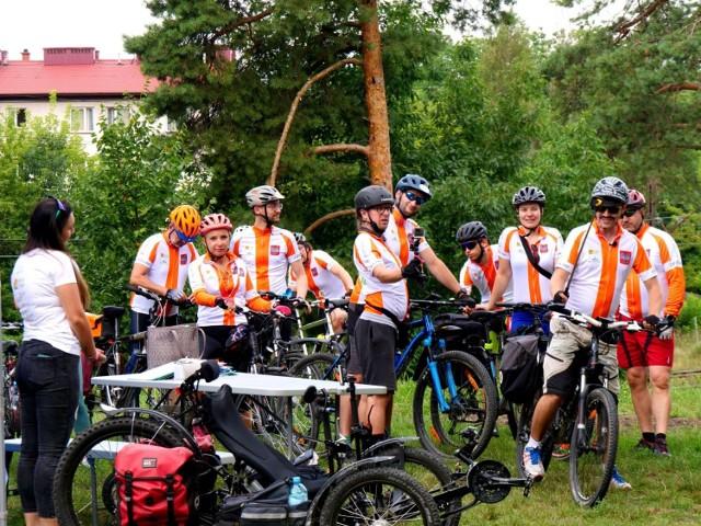 Onkotwardziele na rowerach w Stalowej Woli, tu mieli kilka godzin postoju przed dalszą trasą