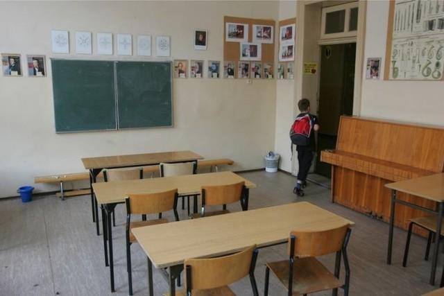 Kiedy do szkoły? Kiedy powrót do szkoły? Nauczyciele apelują do Piontkowskiego i pytają, kiedy dzieci wrócą do szkoły   Dariusz Piontkowski ogłosił dziś (piątek), że szkoły, żłobki, przedszkola zostaną zamknięte do 24 maja.   Ma się to tyczyć również placówek szkolnictwa wyższego. Minister edukacji zabrał również głos ws. matur 2020. Egzaminy mają być od 8 czerwca, z kolei od 16 czerwca rusza egzamin ósmoklasisty.  - Termin rozpoczęcia roku akademickiego nie wydaje się zagrożony - dodał Wojciech Murdzek, minister nauki i szkolnictwa wyższego.