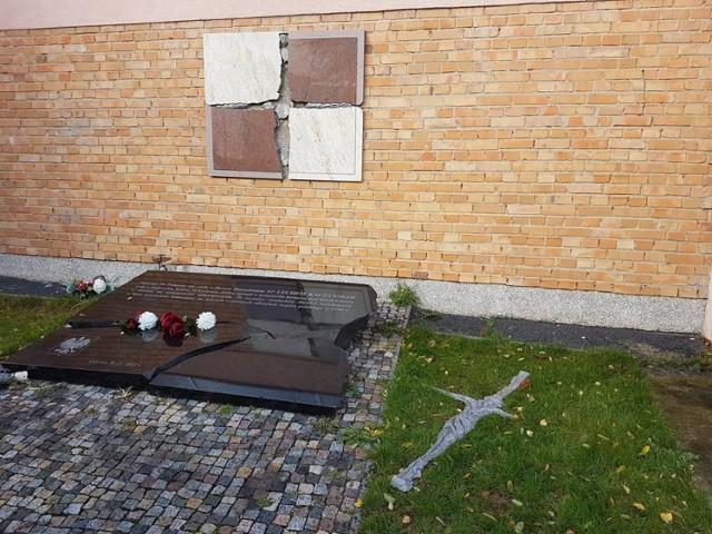 Przy kościele został uszkodzony krzyż będący częścią Epitafium Smoleńskiego