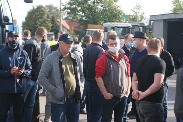 Protest rolników z powiatów kaliskiego i ostrowskiego. Wyjechali ciągnikami na drogi