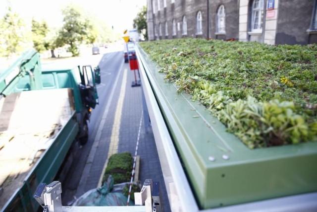 Celem projektu jest budowa 18 zazielenionych roślinami wiat na przystankach autobusowych w Warszawie, w lokalizacjach skonsultowanych z mieszkańcami.  Wiata z roślinnością na dachu może zmagazynować nawet 90 l wody w czasie deszczu, a zamontowane na dachu rośliny mogą obniżyć latem temperaturę pod dachem wiaty o 3-5 stopni Celsjusza i pochłonąć 7,3 kg CO2 rocznie.  Szacunkowy koszt realizacji projektu: 1 650 000,00 zł