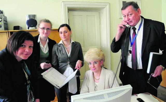 Koordynatorzy odpowiedzialni za pomoc bliskim osób, które zginęły podczas katastrofy, od lewej Agnieszka Włodarczyk , Anna Rerak , Justyna Majchrowicz, Jolanta Maczka, Janusz Jankowski