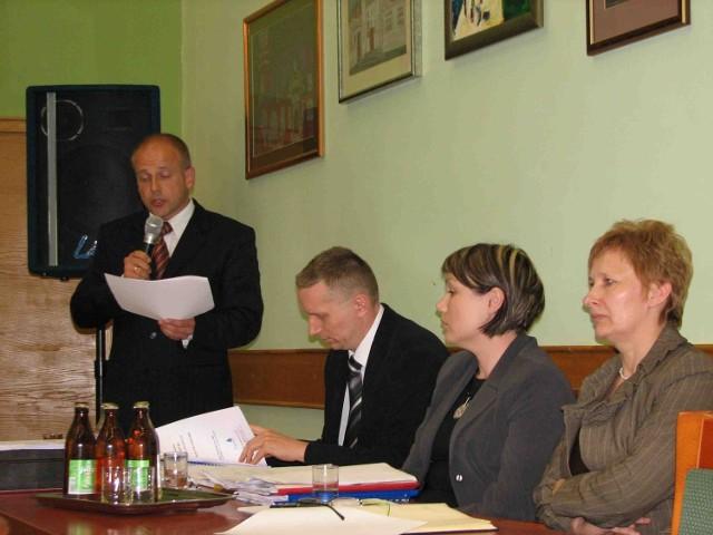 Mirosław Mazur (stoi) uważa, że rada jest zbyt upolityczniona