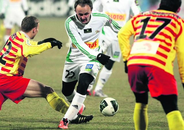 Paweł Nowak (w białym stroju) w sobotę pokazał, że potrafi ograć obronę Jagiellonii