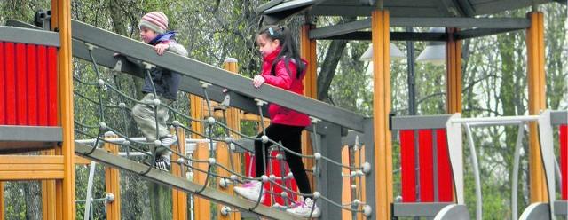 Dzieciaki bardzo lubią most linowy na placu zabaw w podjasnogórskim parku Staszica