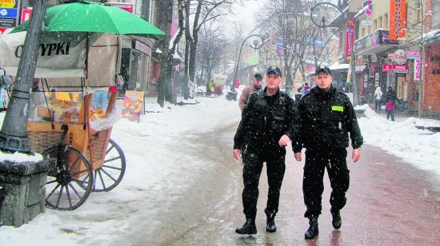 Mogłoby być więcej policyjnych patroli na Krupówkach, gdyby gmina je zakontraktowała. Ale władze wolały prywatną firmę