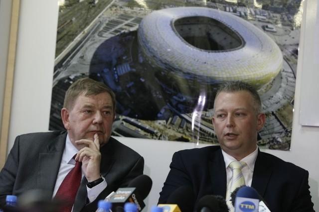 Ryszard Trykosko (z lewej) podczas poniedziałkowej konferencji