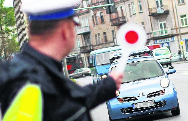 Policjanci drogówki z Lubina zostali przyłapani na braniu łapówek od kierowców