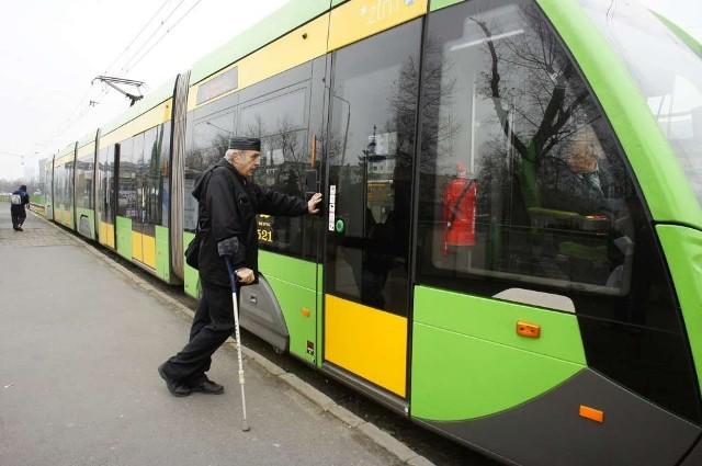 Pan Jerzy musi się trzymać tramwaju lub latarni. W przeciwnym razie straci równowagę i upadnie