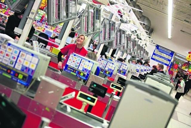 Polskim marketom brakuje 100 tys. pracowników - przede wszystkim kasjerów, osób do obsługi klientów, jak i specjalistów z wyższym wykształceniem