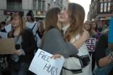 Poznaniacy przytulali się na ulicy Półwiejskiej [ZDJĘCIA]