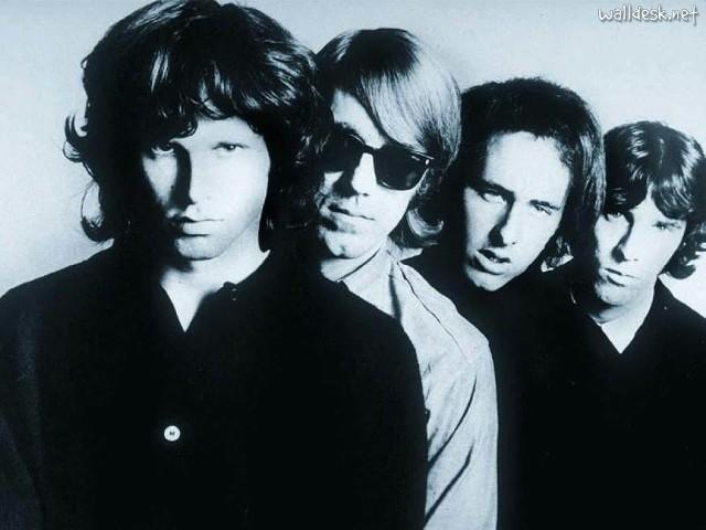 The Doors: Ray Manzarek w okularach, tuż za Jimem Morrisonem